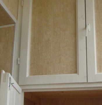 встроенный шкаф во внутренней отделке балкона